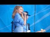 Тина Кароль носит кафф с цепочками на концерте в Севастополе